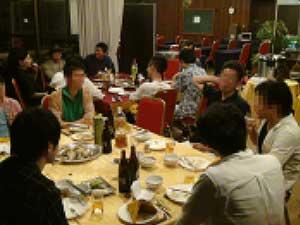恋愛講師横山建を囲んでの夕食風景