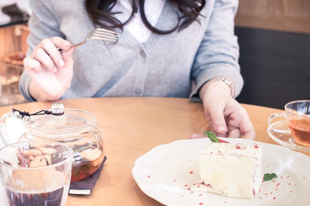 女性から好感を持たれていない場合、いきなり二人きりのデートや食事に誘うのは危険です!