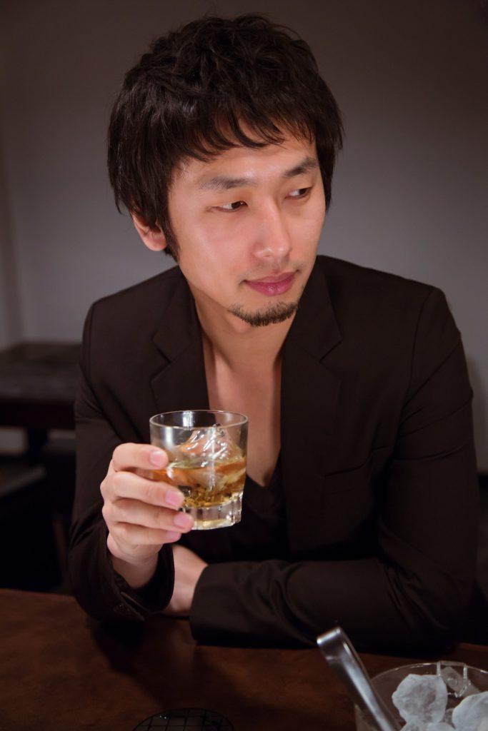 好きな女がいるスナック・ガールズバーで飲む男。